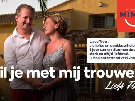 Trea zegt 'ja' op overvolle Brink in Deventer als Finn haar via het filmdoek ten huwelijk vraagt