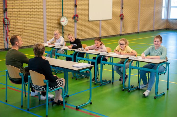 De brugklassers Nienke Kolkman, Daphne Karbet, Sanne Belder, Mirthe Visser en Ellemijn Verhoeven proeven alvast aan de eindexamensfeer op het Cambium College in Zaltbommel.