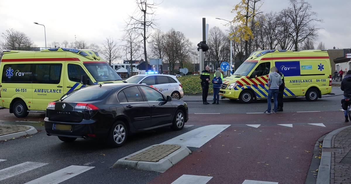Fietsster overlijdt na aanrijding op rotonde in Hardenberg: 'Ik ben op mijn knieën gaan bidden dat ze bleef leven'.