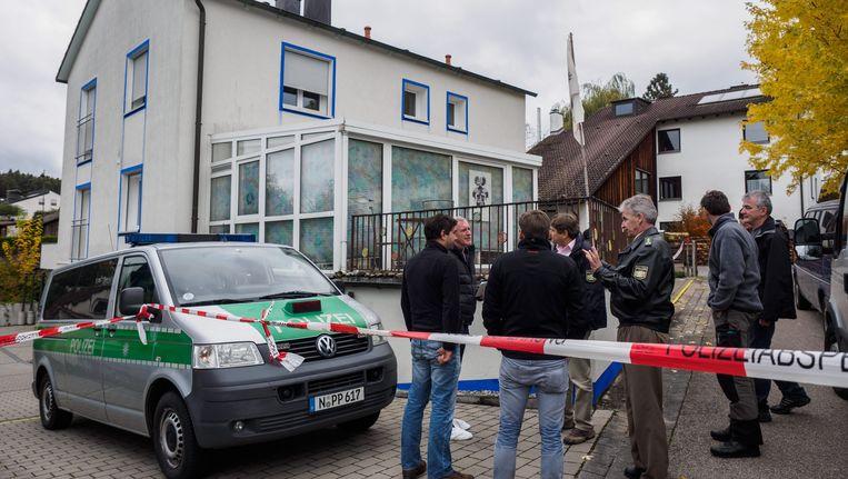 Politie aan het huis in het Beierse Georgensgmünd waar agenten onder vuur werden genomen. Eén van hen bezweek aan zijn verwondingen.