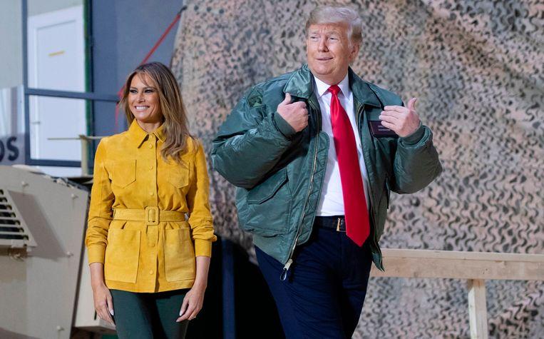 Donald en Melania Trump tijdens een onaangekondigd bezoek aan Amerikaanse troepen in Irak op tweede kerstdag. Beeld AFP