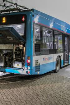 Auto botst tegen achterkant van trolleybus in Arnhem