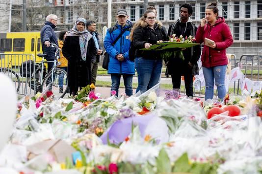 Bloemen, kaartjes en steunbetuigingen op de plek waar een schietincident plaatsvond op het 24 Oktoberplein.