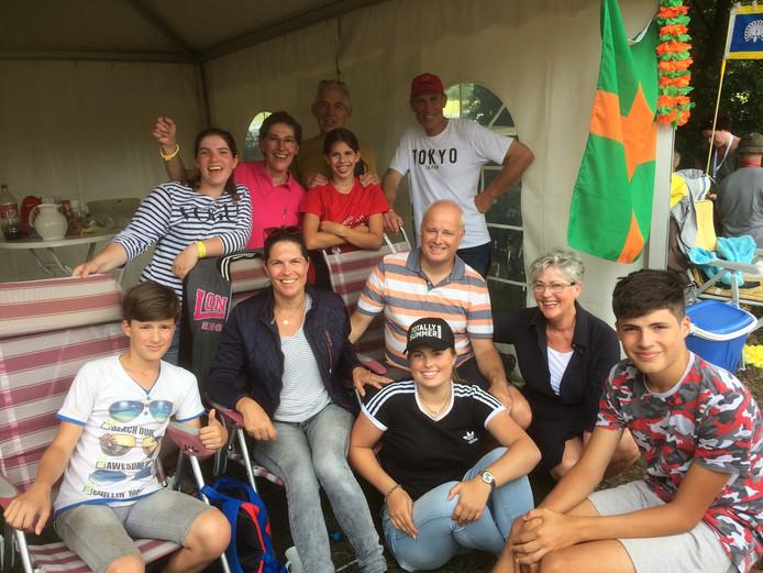 Annemarie Gooiker (zittend tweede van links) met haar ouders, man, vier kinderen, oom, tante en nichtje, tijdens de Vierdaagse van 2017. Deelname aan de Vierdaagse is voor de geboren Nijmeegse een waar familiegebeuren.