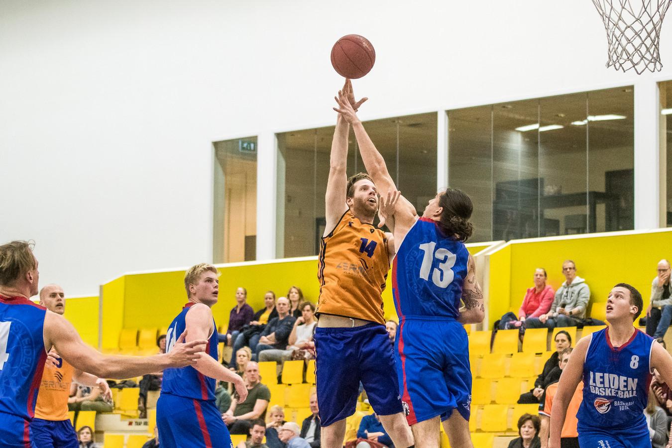 De basketballers van Uitsmijters voelen er niks voor een trainingsavond in de IISPA in te leveren ten faveure van de handbalsters uit Bornerbroek.