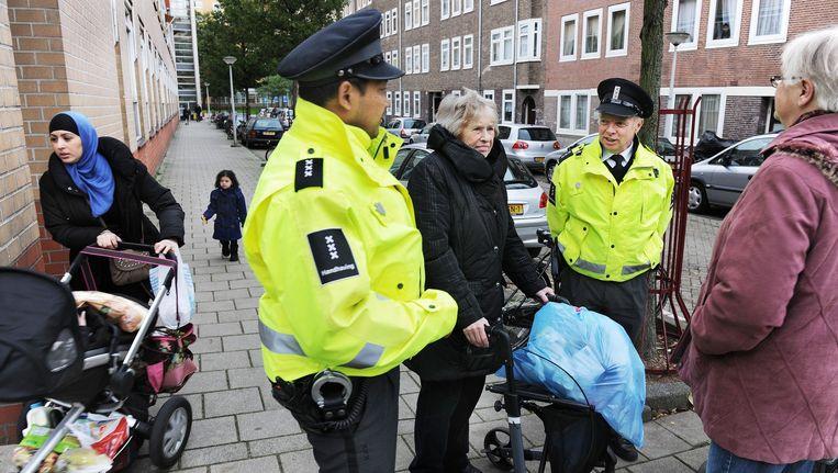 Handhavers op de straat Beeld Guus Dubbelman