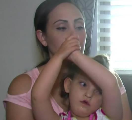 De moeder met haar zieke dochtertje.