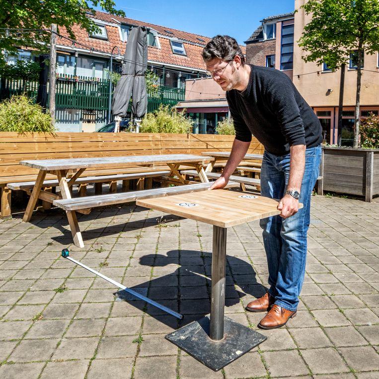 Stefan Duurkoop van de stadsbrouwerij Wageningen bekijkt op zijn terras hoe de regels voor hem uitpakken.  Beeld Raymond Rutting / de Volkskrant