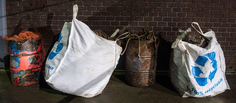 Na het lossen van de vangst is ook de weekopbrengst aan afval op de kade gezet. Beeld reyer boxem