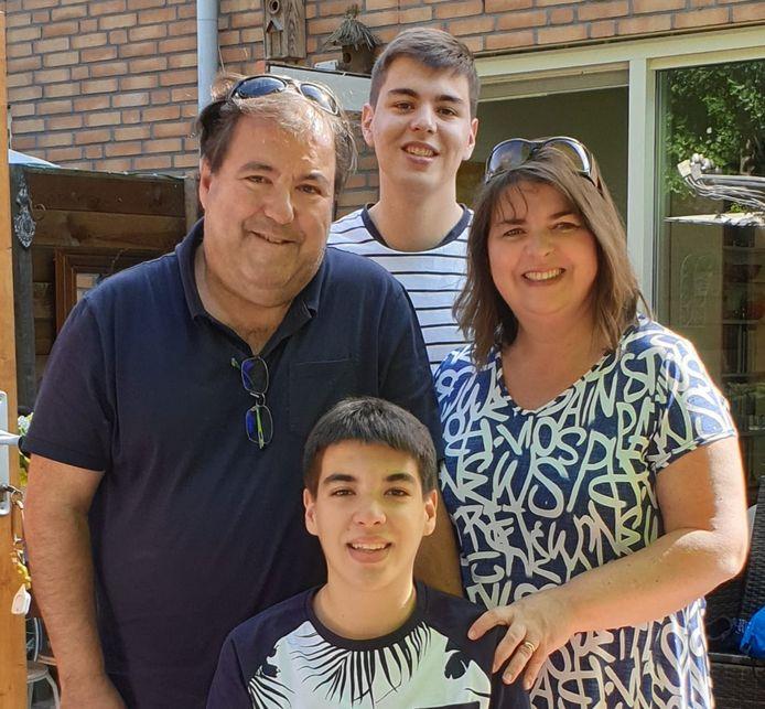 Het gezin in betere tijden: vader Adelino Ferreira Santos, moeder Florbela en de zoons André en Filipe.