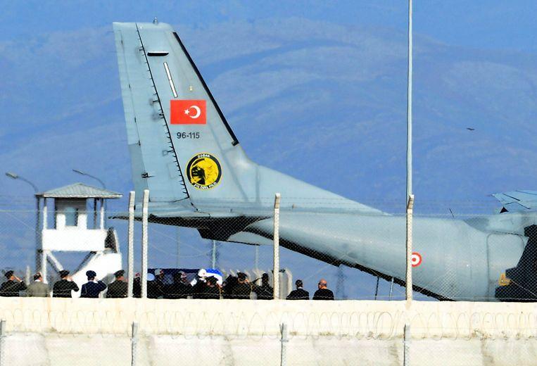 Turkse officieren salueren als de kist van de Russische piloot in het toestel wordt gedragen dat hem naar Rusland zal vliegen. Beeld ap