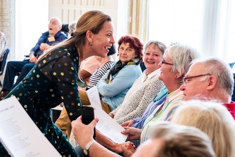 Maartje de Lint leidt een zingcirkel in de Opera van Leipzig voordat het coronavirus samenkomsten verbood. Beeld Kirsten Nijhof