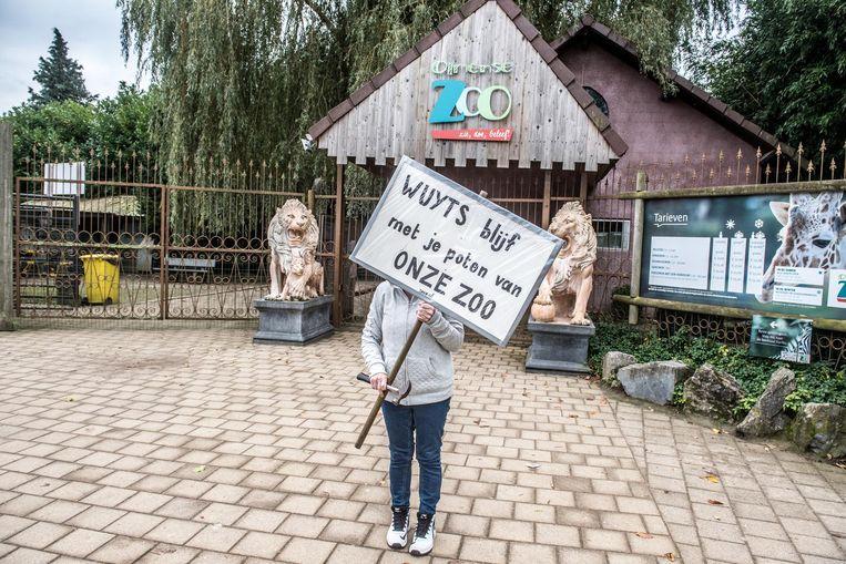 Een vrouw protesteert tegen de sluiting aan de ingang, weliswaar met de naam van de minister Weyts foutief geschreven.