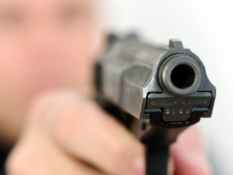 Schietende Arnhemse volkszanger mocht gezin verdedigen, wel cel voor illegaal wapenbezit