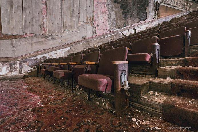 Dit Amerikaanse theater uit 1922 staat leeg sinds 1975. De met warme rode stof beklede stoelen zijn een aandenken aan de vervlogen glamour.