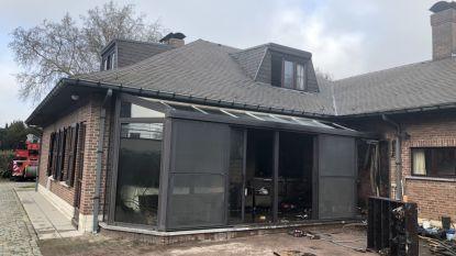 Brand vernielt veranda: bedlegerige bewoner gered