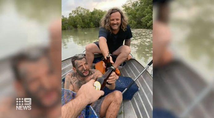 Twee Australische vissers redden een naakte man uit een mangrovebos.