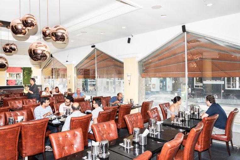 Interieur van restaurant Saravanaa Bhavan in De Pijp in Amsterdam. Beeld Simon Lenskens