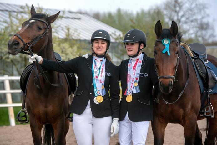 Steffi Kregting en Xander Jansen met hun paarden.