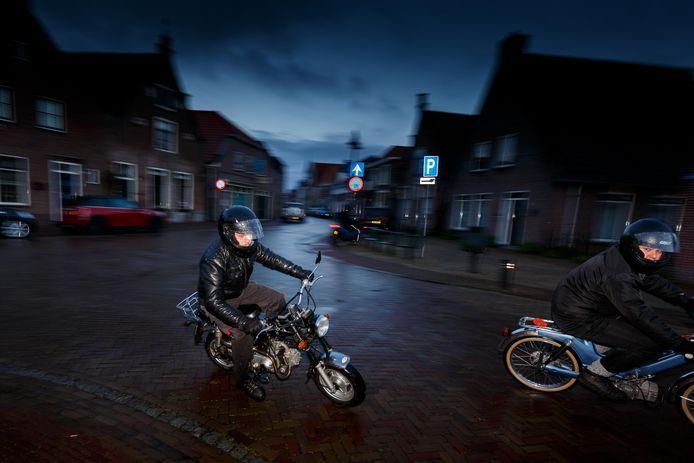 Luilakken, het scheuren met brommers in de nacht voor Koningsdag, zoals op deze archieffoto in Vollenhove, mag dit jaar niet de gemeente Steenwijkerland.