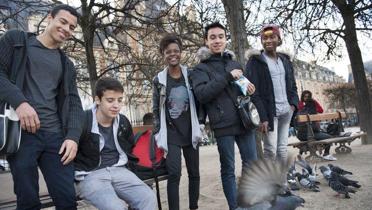 Jongeren op straat in een park in Parijs. Het leven in Parijs gaat door. Beeld An-Sofie Kesteleyn / De Volkskrant