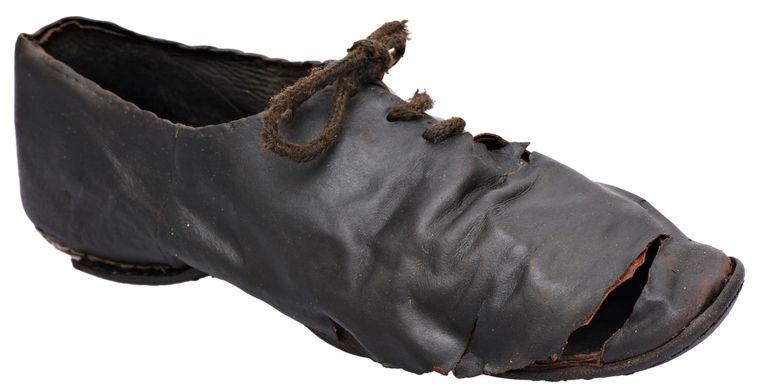 Leren schoen met veter. Vondstnummer: NZR2.00340LEE001. De schoen, laag model, met veter, is gemaakt van rundleer en geitenleer. De schoen is 250 millimeter lang en 80 millimeter breed. Hij dateert uit de periode 1700-1860. Het is een zogeheten enkelschoen met een rijgvetersluiting over de wreef.De schoen is gevonden op het Rokin, ter hoogte van nummer 66 Beeld Spul