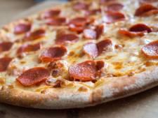 Pizzakoerier moet pizza's afgeven aan overvallers