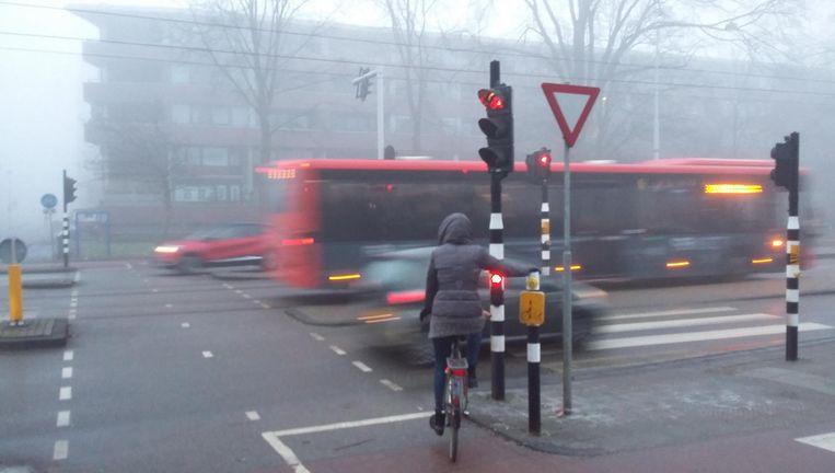 Fietsers die bij de Wembleylaan de Middenweg willen oversteken, moeten soms langer dan twee minuten wachten Beeld Marc Kruyswijk
