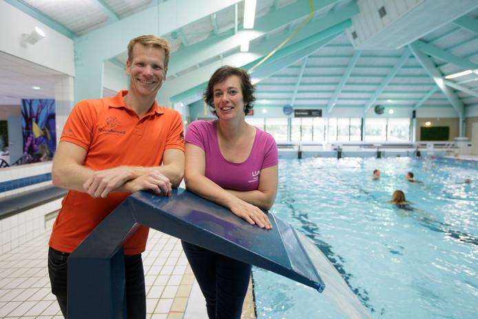 Jacco Peelen en Lia Weijts geven zwemles voor kinderen met een motorische beperking bij zwembad Rhienderoord in Brummen.