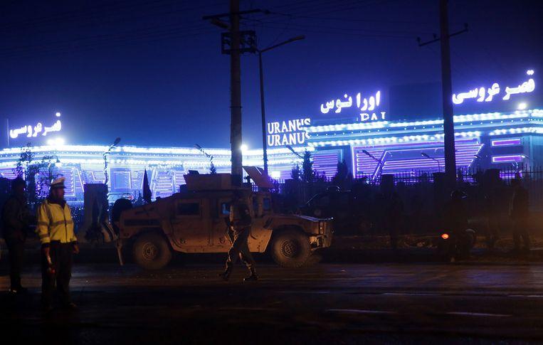Veiligheidstroepen inspecteren de plaats waar de plaats waar de aanslag plaatsvond.