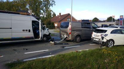 Vier wagens botsen op N8:  drie personen naar ziekenhuis