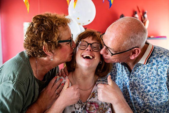 Merette is dolgelukkig, ze kan weer knuffelen met haar ouders Monica en Rene Sluiseman.