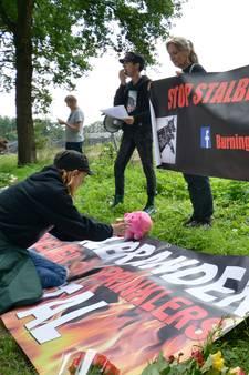 Emotionele herdenking voor duizenden verbrande varkens in Agelo