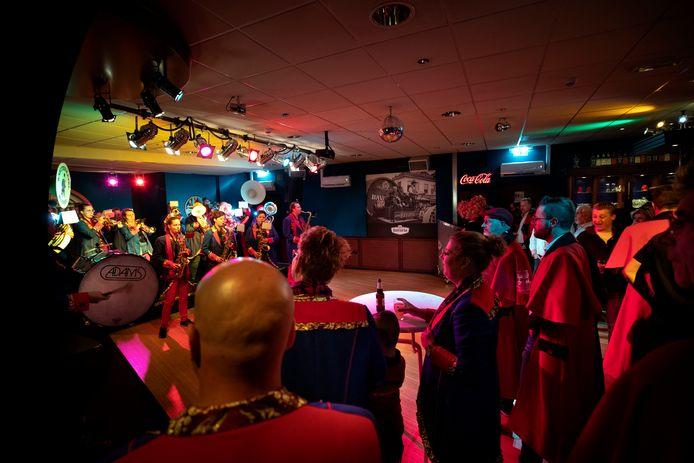 Blaasmuziek tijdens de tweede 11-11 Party in de Backstage Barberpub in Mierlo.