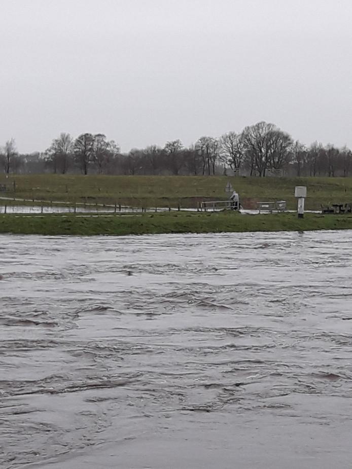 Het water in de Vecht is snel gestegen door de vele regen van de afgelopen dagen en de stevige opstuwende wind.