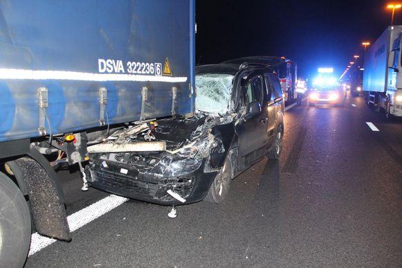 Op de E17 in Deerlijk knalde een Citroën Berlingo achteraan op een Bulgaarse vrachtwagen.