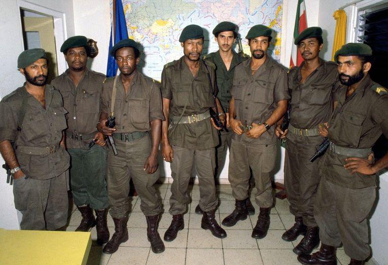De Nationale Militaire Raad die op 25 februari, na Surinames eerste coup, de macht overnam. Derde van rechts is Bouterse, die zich kort na de coup ontpopte tot sterke man van het regime. Beeld ANP
