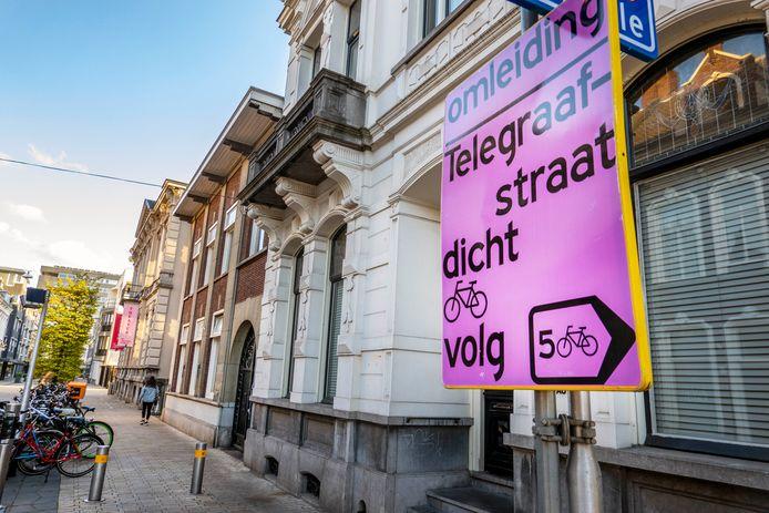 Tilburgse fietsers moeten voortaan roze omleidingsborden volgen. De