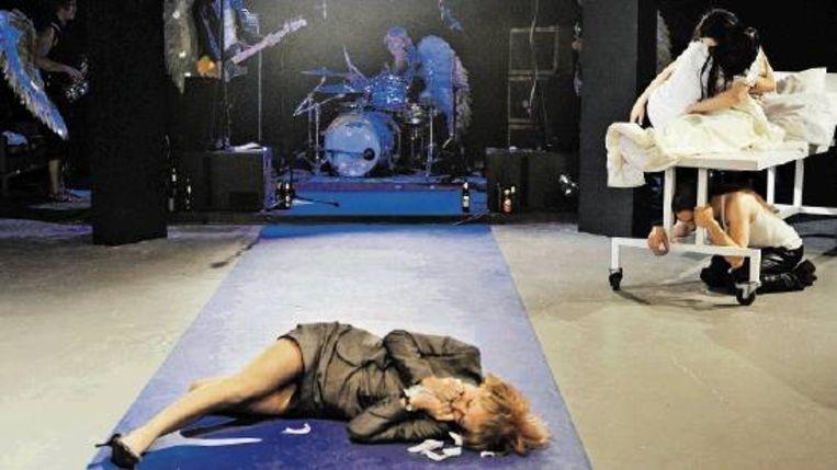 Scene uit Wunschkamer van Het Vervolg en Theater K. In de tweetalige voorstelling staan Duits-Nederlandse relaties centraal. Hoofpersonen zijn de Nederlandse aannemer Arend en zijn Duitse vrouw Frieda. (FOTO BEN VAN DUIN) Beeld