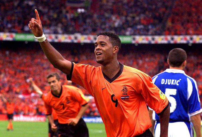 Patrick Kluivert viert een van zijn drie doelpunten tegen Joegoslavië.