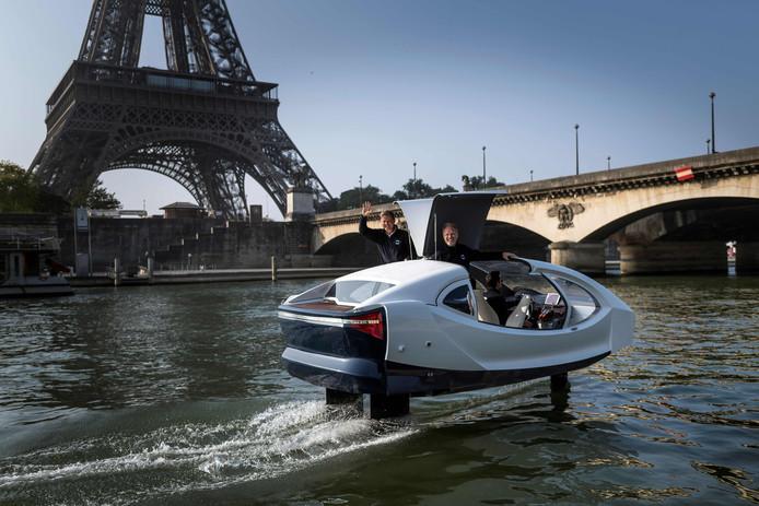 Op de rivier de Seine in Parijs, wordt een proefvaart gehouden met de 'Sea Bubble', een elektrisch aangedreven 'vliegende watertaxi'. Foto Lionel Bonaventure