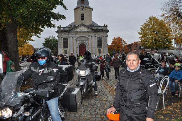 Motorrijders verzamelen op het Dorpsplein voor de start van de Herfstrit.