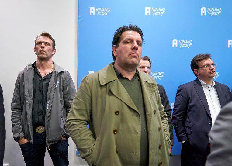 Farmers Defence Force onderhandelaar, Jeroen van Maanen (links) en geheel rechts CDA-Tweede Kamerlid Jaco Geurts luisteren naar de presentatie van het onderzoek van het Mesdag Zuivelfonds. Beeld Phil Nijhuis