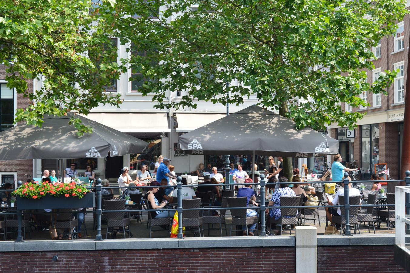 Brasserie 't Begin heeft een terras aan de Haven. Dat wordt straks door de Botanist gebruikt.