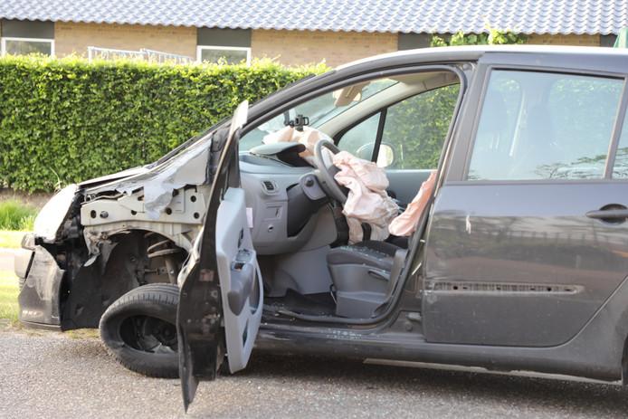 De auto raakte ernstig beschadigd.