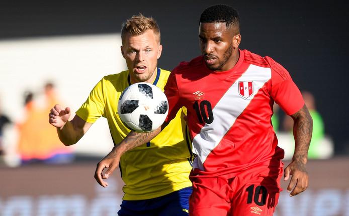 Larsson (l) in duel met oud-PSV'er Jefferson Farfán van Peru.