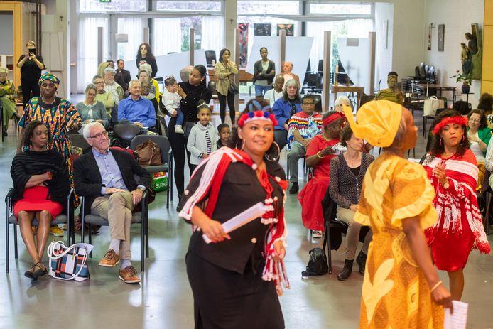 Toeschouwers genieten van een dans tijdens de herdenking slavernij in de kerk op het Belgiëplein.