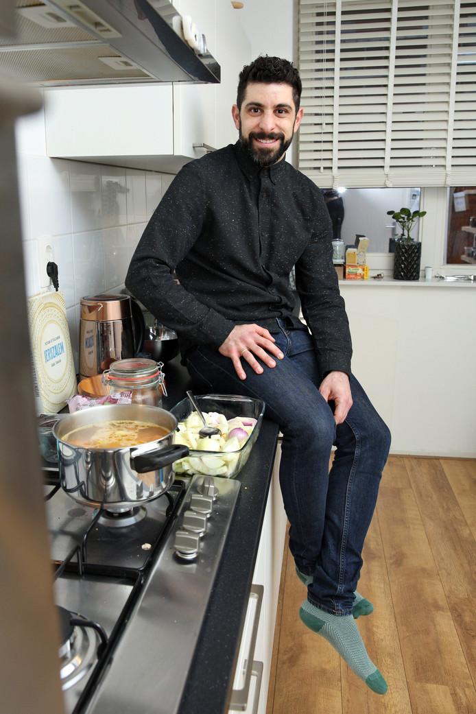 Oren Solomon mist het eten in Israël. Daar at hij wekelijks met familie zoals in Nederland alleen met kerst gegeten wordt. Omdat hij van koken houdt, maakt hij de traditionele gerechten van zijn familie in zijn keuken in Kralingen.