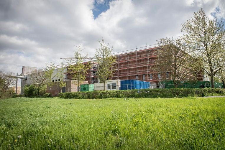 De bouw van het nieuwe zwembad in Roeselare zit op schema.
