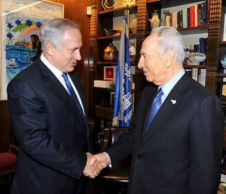 Oudpremier Benjamin Netanyahu (l) en president Shimon Peres. Foto EPA Beeld